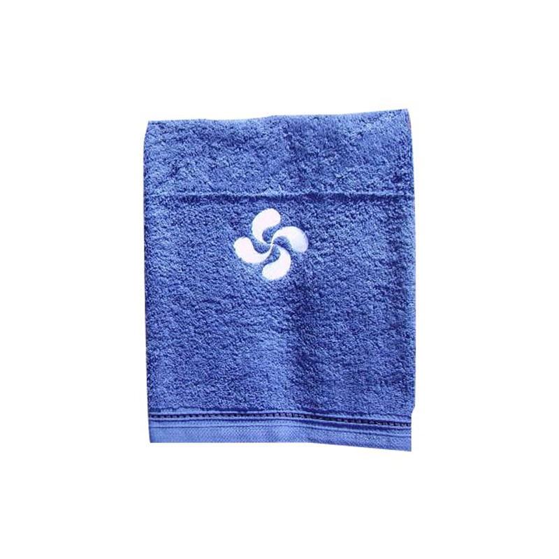 Serviette de toilette bleue avec une croix basque grise brodée