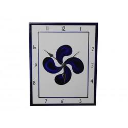 Horloge en faïence avec une croix basque bleue