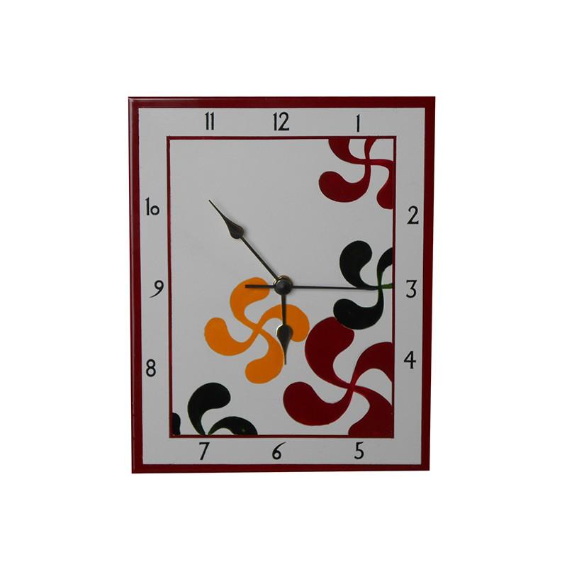 Horloge en faïence avec des croix basques