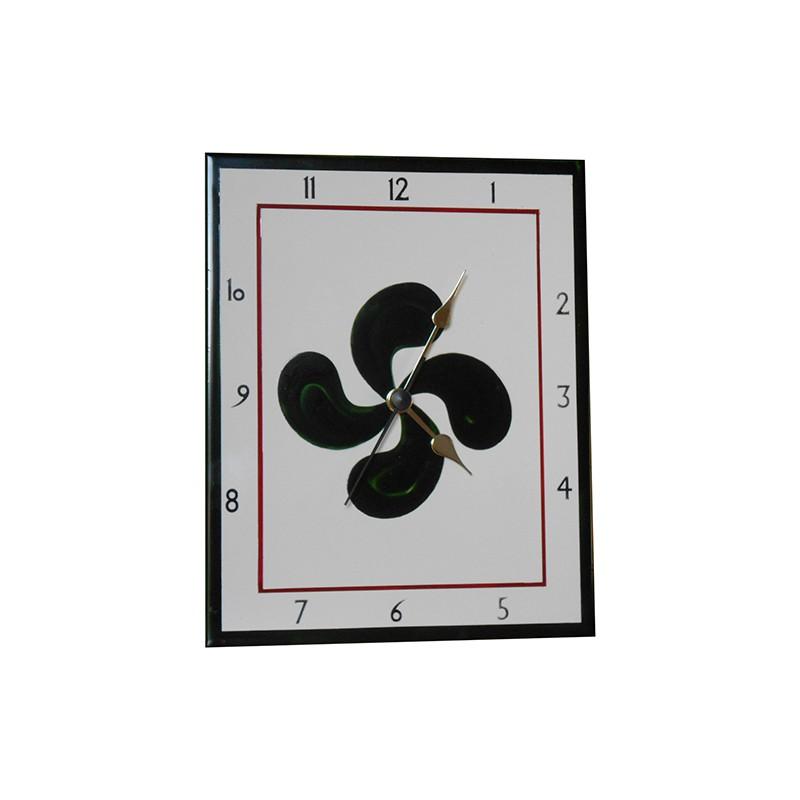 Horloge en faïence avec une croix basque verte