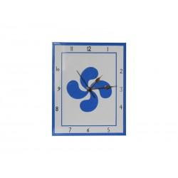 Horloge en faïence avec une croix basque bleue ciel