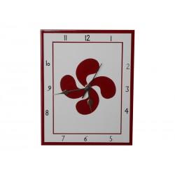 Horloge en faïence avec une croix basque rouge